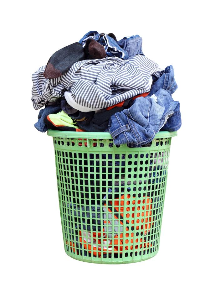 Hög av den smutsiga tvätterit i en tvagningkorg, tvättkorg med den färgrika handduken, korg med rengöringkläder, färgrik kläder i royaltyfri bild