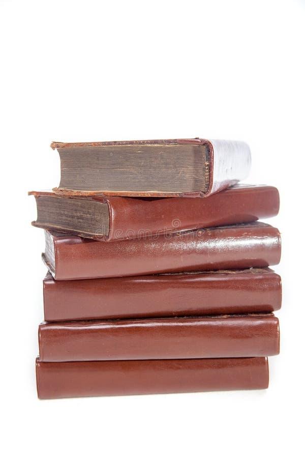 Hög av destinerade böcker för obetitlat gammalt läder Bunt av den antika litern arkivbilder