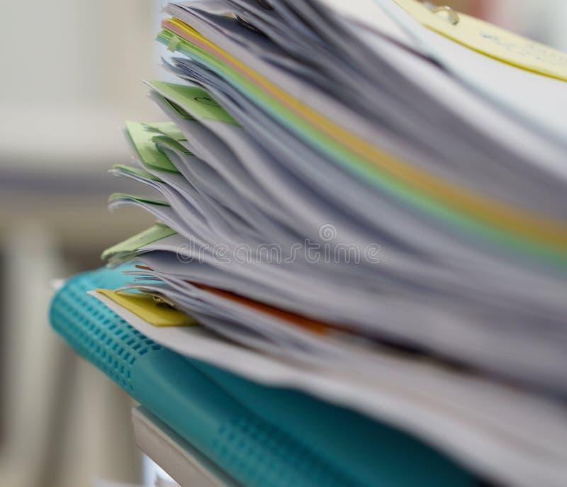 Hög av dokument och den blåa mappen fotografering för bildbyråer
