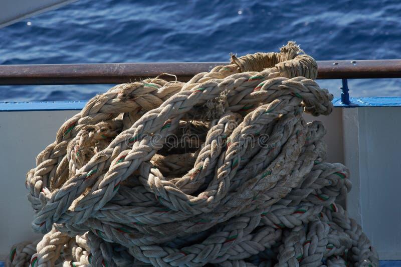 Hög av ett hoprullat slitet skepprep royaltyfri foto
