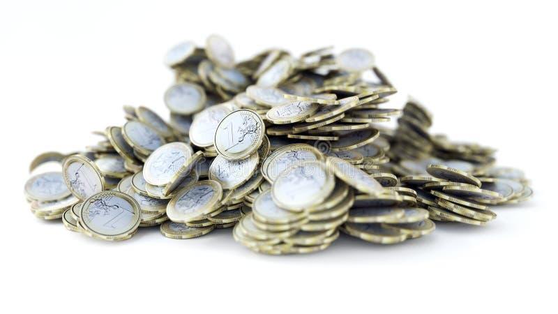 Hög av 1 euro mynt, skinande som är metalliska, tolkning 3d arkivbild