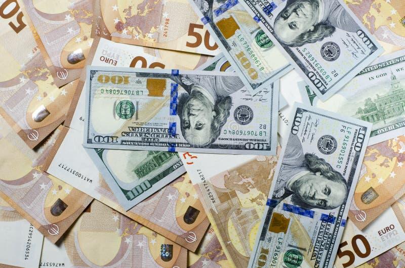 Hög av 50 euroanmärkningar Euro för många sedlar arkivbild