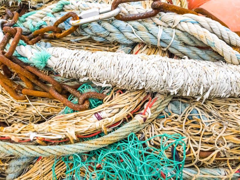 Hög av färgade gamla och använda fisknät royaltyfria bilder