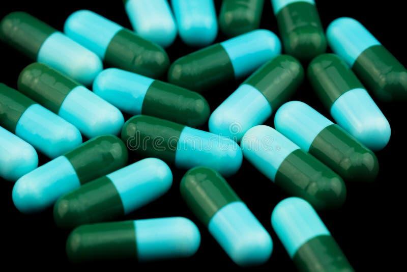 Hög av färgrika drogkapslar royaltyfria foton