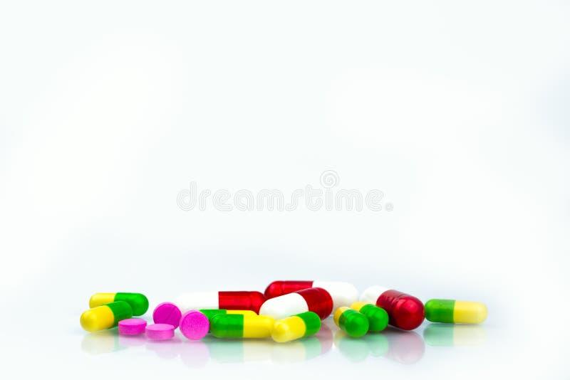 Hög av färgrika kapsel- och minnestavlapreventivpillerar på vit bakgrund med kopieringsutrymme för text Apotekavdelning i sjukhus arkivbilder