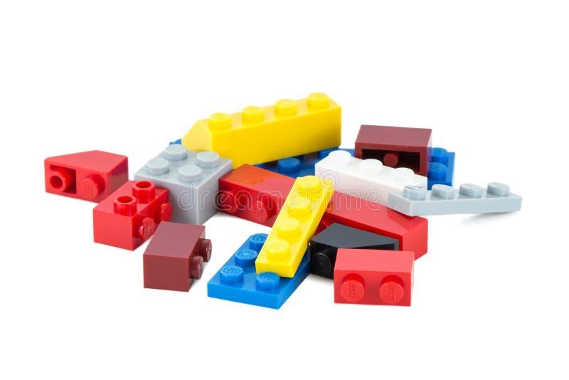 Hög av färgrika Lego stycken royaltyfri fotografi