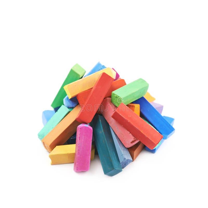 Hög av färgrika pastellfärgade isolerade färgpennachalks arkivbilder