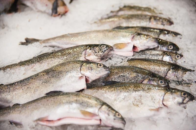Hög av fisken på is arkivbild