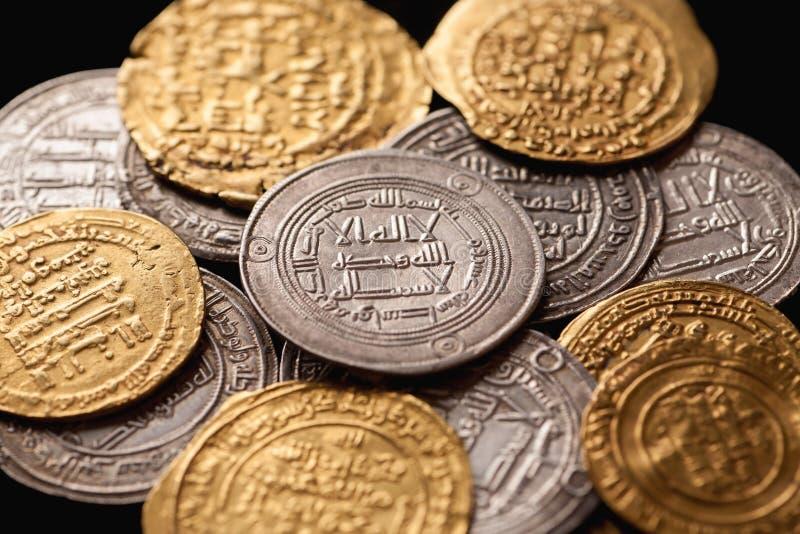 Hög av forntida guld- och för silver islamiska mynt arkivbilder