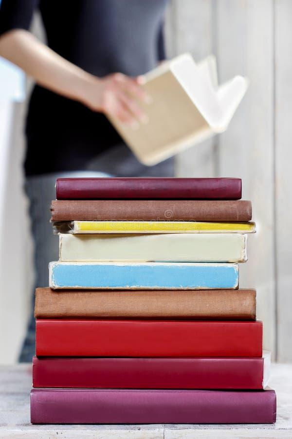 Hög av gamla böcker på trätabellen royaltyfri foto