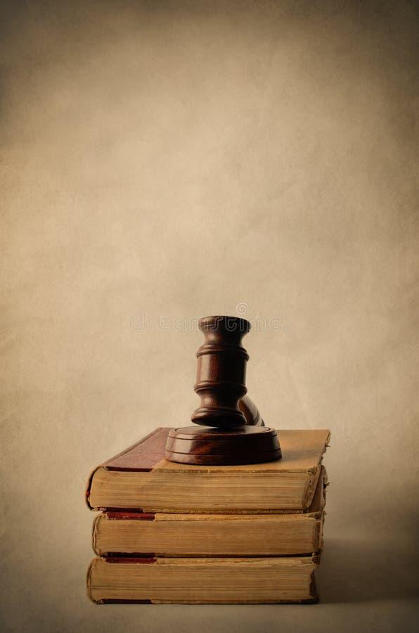 Hög av gamla böcker som överträffas med auktionsklubban arkivbild