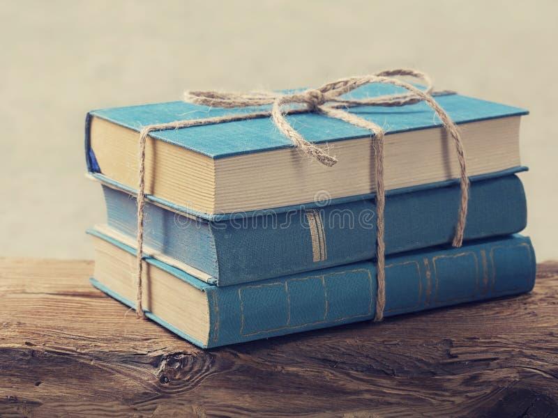 Hög av gamla blåa böcker arkivbild