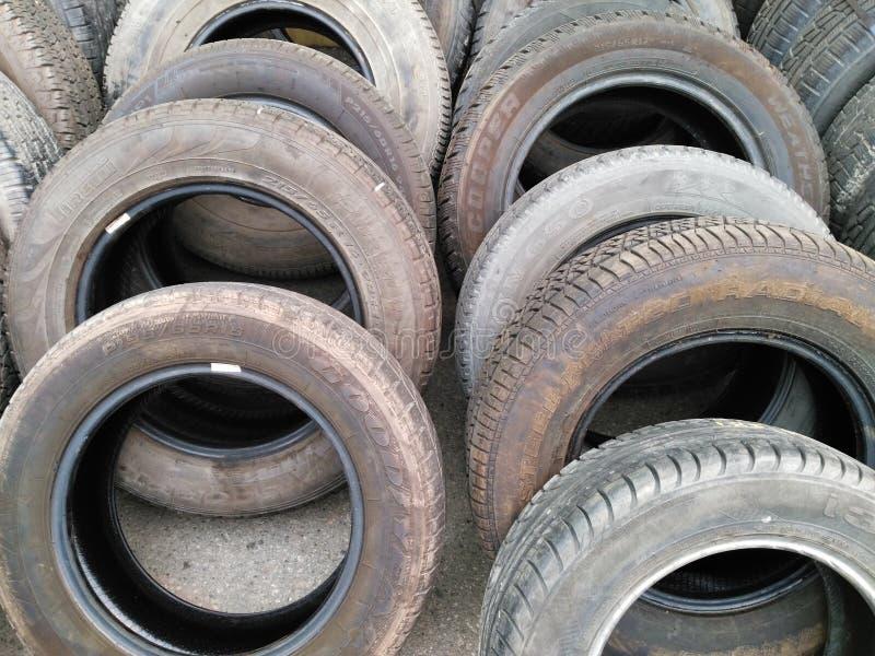 Hög av gamla gummihjul för använd bil arkivfoto