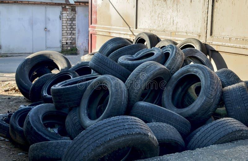 Hög av gamla gummihjul och hjul för gummiåtervinning royaltyfria foton