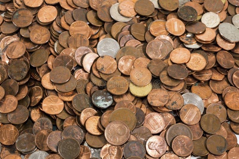 Hög av gamla smutsiga mynt arkivbild