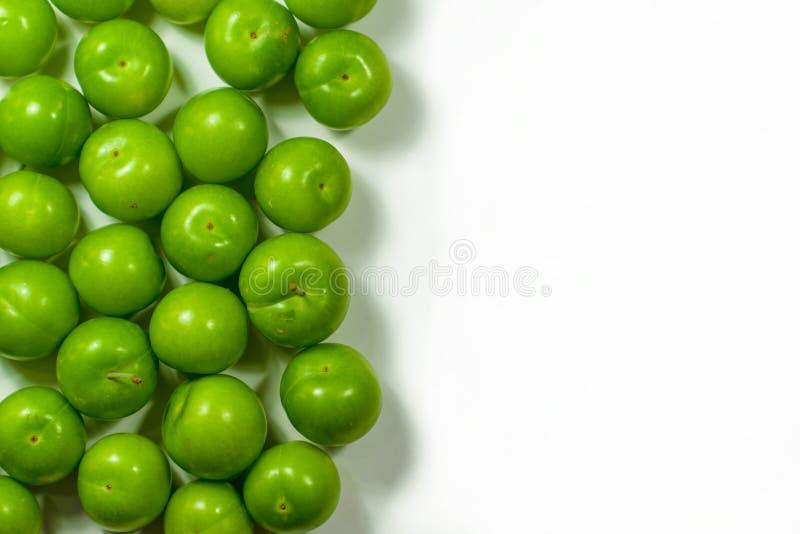 Hög av grön plommonfrukt som isoleras på vit arkivfoto