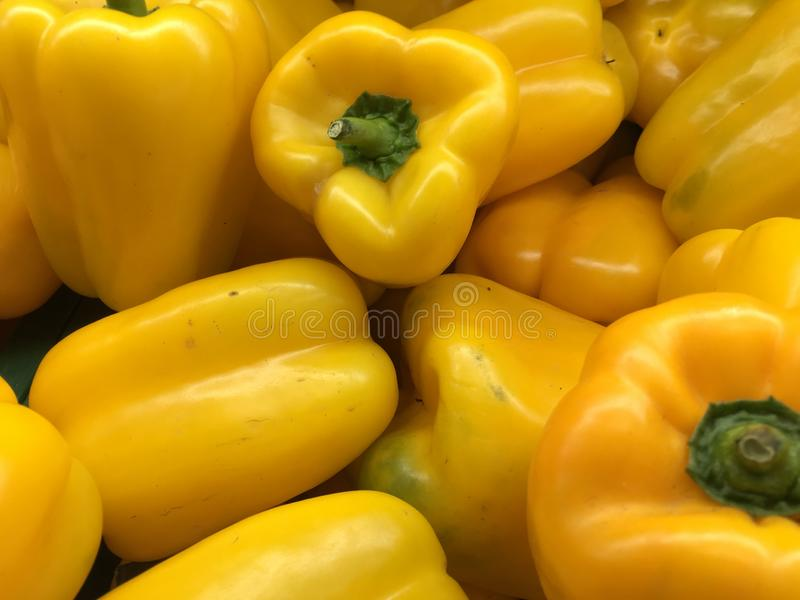 Hög av gul spansk peppar arkivbild