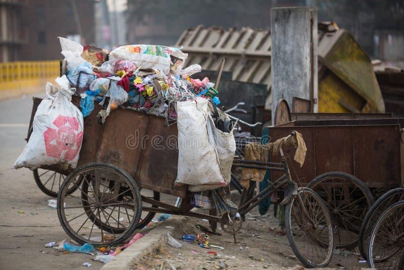 Hög av inhemsk avskräde på nedgrävningar av sopor Endast 35% befolkning av Nepal har tillträde till adekvat sanitetsväsen royaltyfri bild