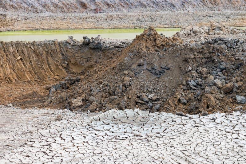 Hög av jord i dammet royaltyfri bild