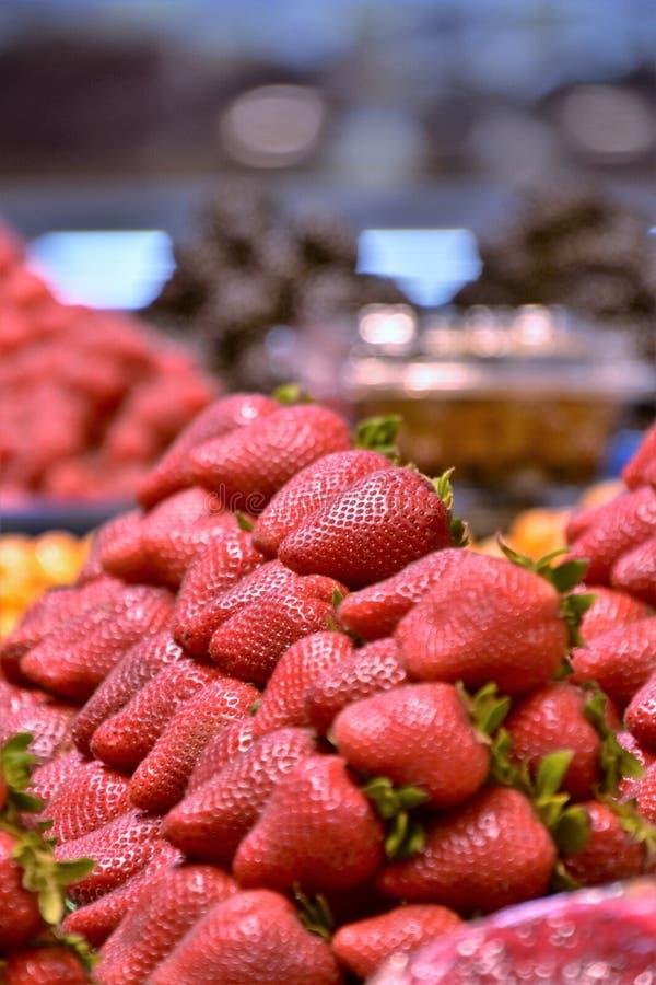 Hög av jordgubbar på paletten royaltyfri bild