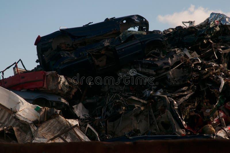 Hög av kasserade bilar för restmetall i en skrot royaltyfri bild