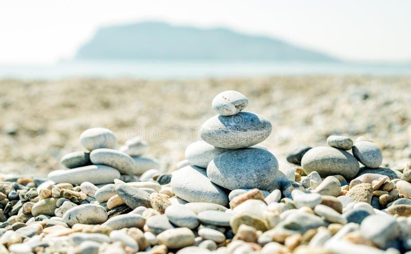 Hög av kiselstenar på stranden på den Alanya medelhavkusten, Turkiet Jämvikts-, avkoppling- och harmonibegrepp royaltyfria bilder