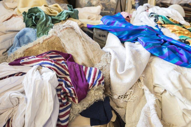 Hög av kläder arkivbilder