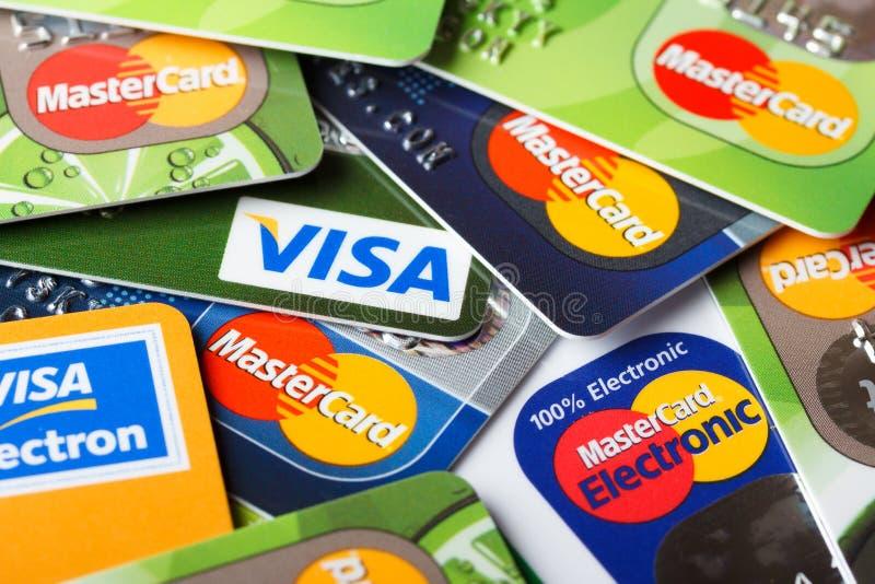 Hög av kreditkortar, visum och MasterCard, kreditering, debitering och elektroniskt arkivfoton