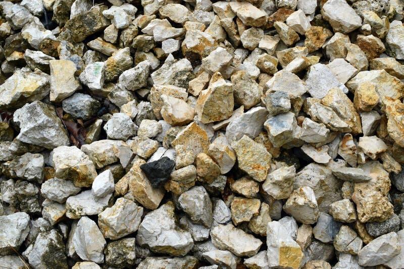 Hög av krossad marmor Chips Pebbles For Landscaping, textur, bakgrund royaltyfria bilder