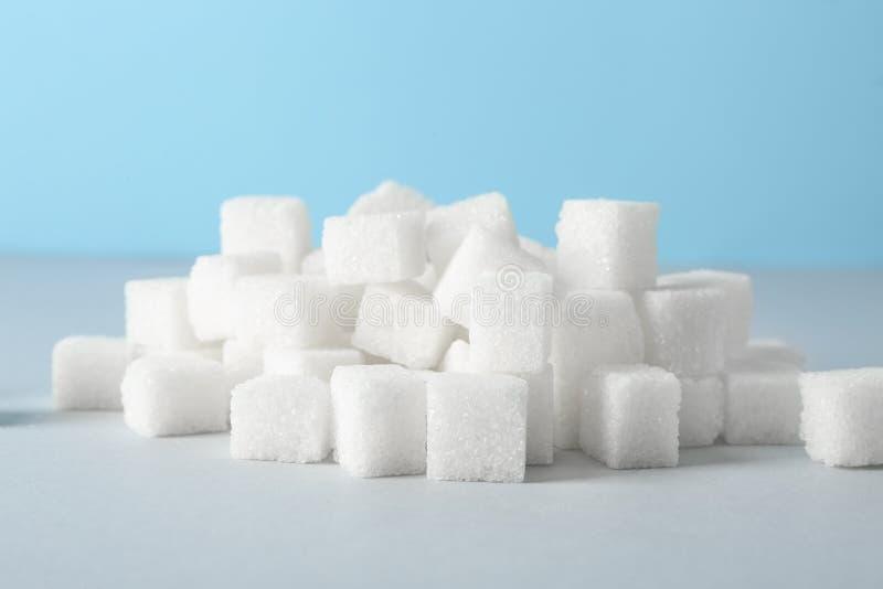 Hög av kuber för förädlat socker på tabellen royaltyfria foton