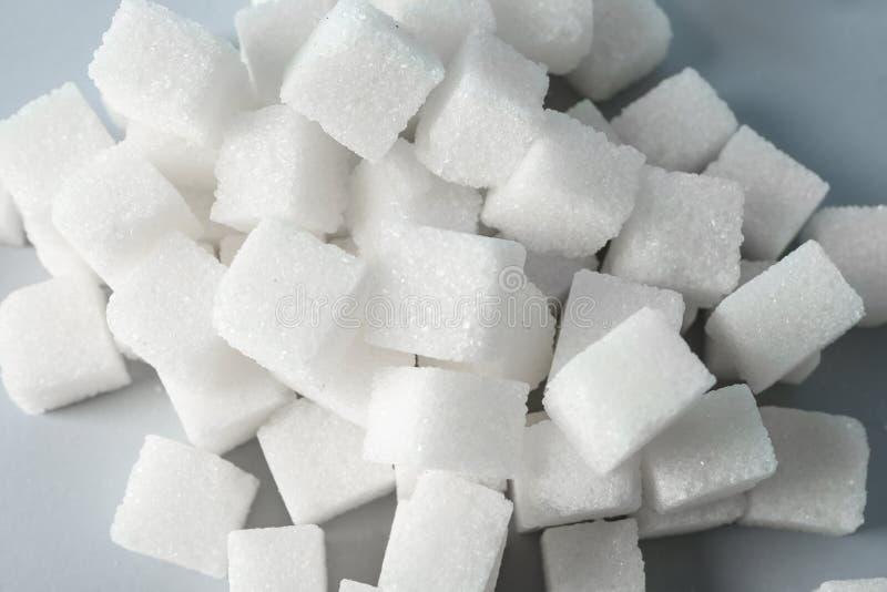 Hög av kuber för förädlat socker på tabellen, closeup royaltyfri foto