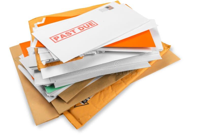 Hög av kuvert med förfallna nytto- räkningar arkivbild