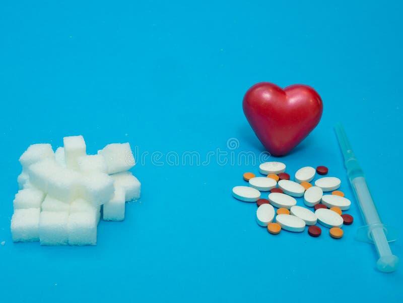 Hög av kvarter och droger för vitt socker med injektionssprutan fotografering för bildbyråer