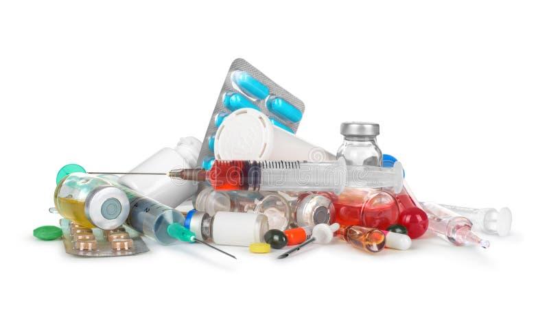 Hög av läkarundersökninginjektionssprutor, flaskor, preventivpillerar, royaltyfri fotografi