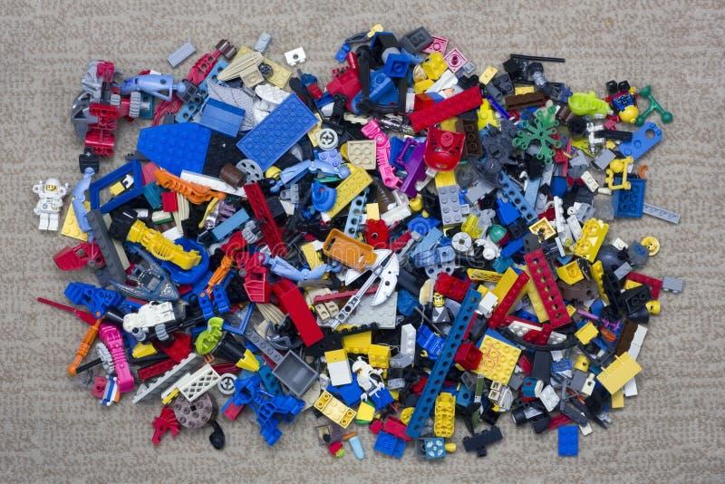 Hög av Lego tegelstenar royaltyfri fotografi