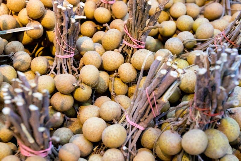 hög av longanen i Thailand den nya marknaden de berömda tropiska frukterna rekommenderar till turisten och handelsresanden royaltyfri fotografi