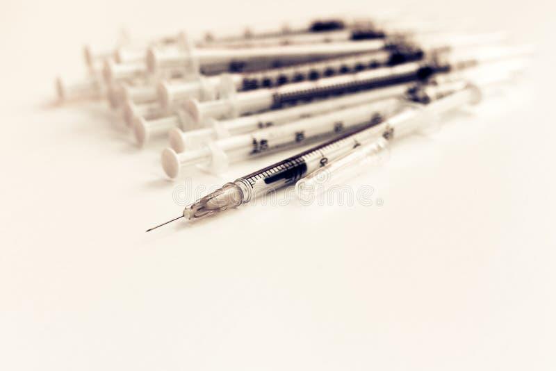 Hög av medicinska injektionssprutor för insulin för sockersjuka arkivbild