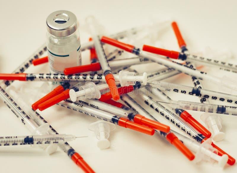 Hög av medicinska injektionssprutor för insulin för sockersjuka arkivfoto