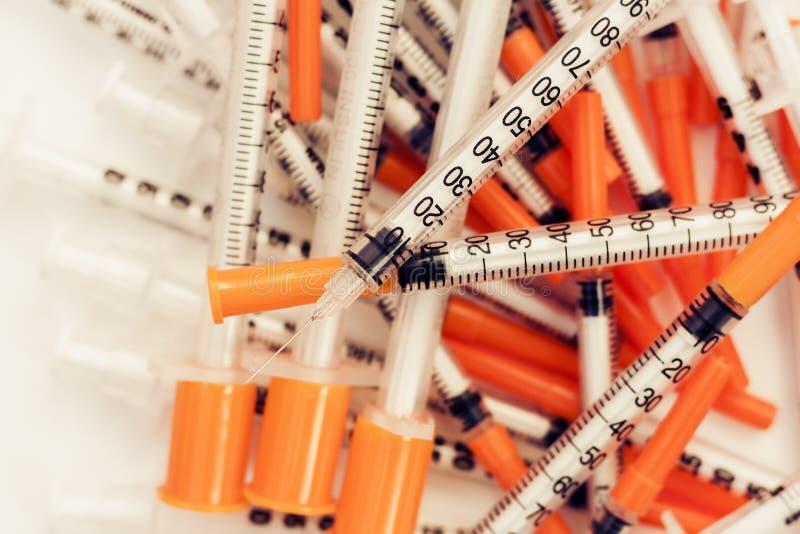 Hög av medicinska injektionssprutor för insulin för sockersjuka royaltyfria foton