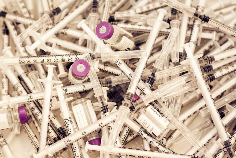 Hög av medicinska injektionssprutor för insulin för sockersjuka royaltyfria bilder