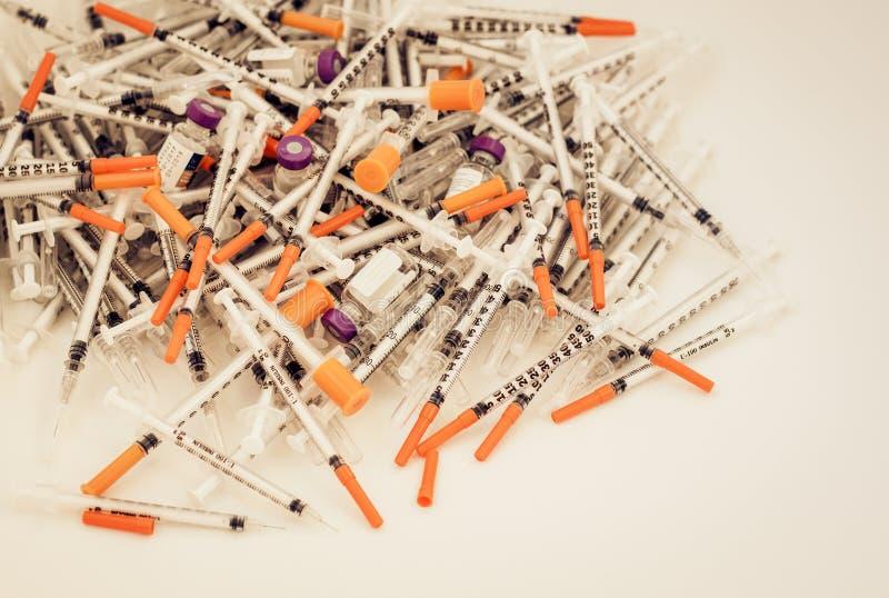 Hög av medicinska injektionssprutor för insulin för sockersjuka fotografering för bildbyråer