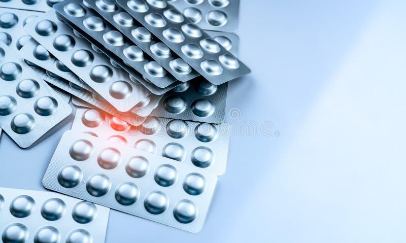 Hög av minnestavlapiller i blåsapacke Förpacka i farmaceutisk bransch Apotekprodukt Drogval till sjukhuset globalt royaltyfria foton
