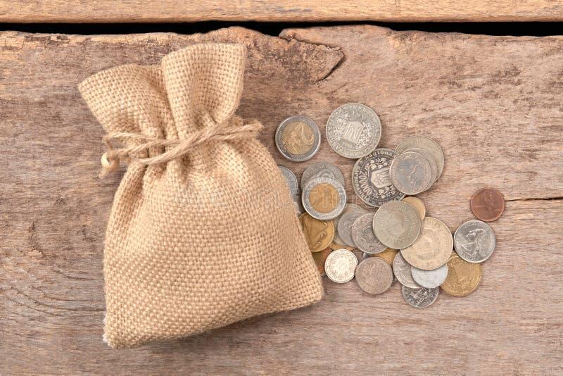 Hög av mynt och den woolean påsen arkivfoton