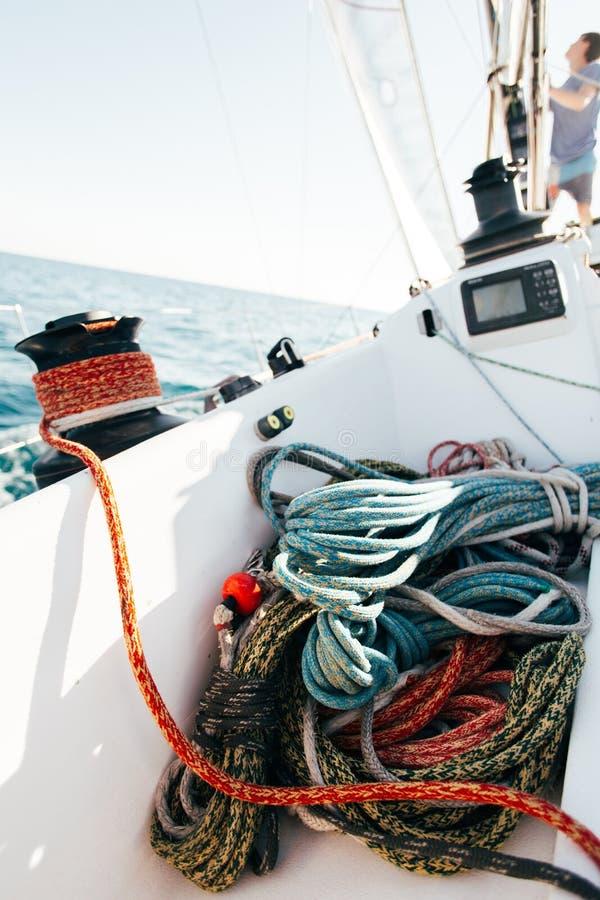 Hög av nautiska marin- rep på yachtdäck royaltyfri foto