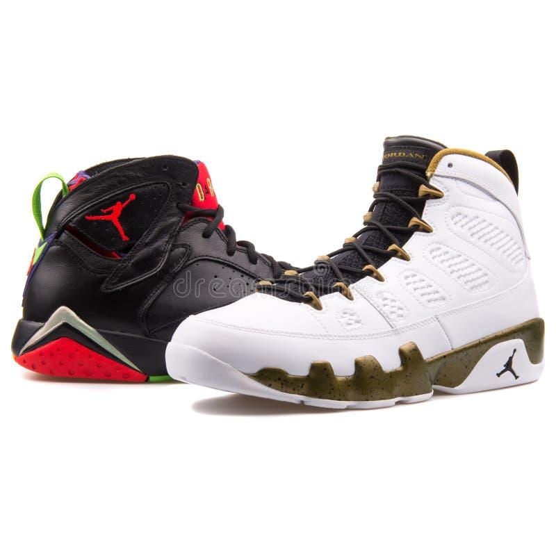 Hög av Nike Air Jordan basketgymnastikskor som isoleras på vit bakgrund arkivfoton