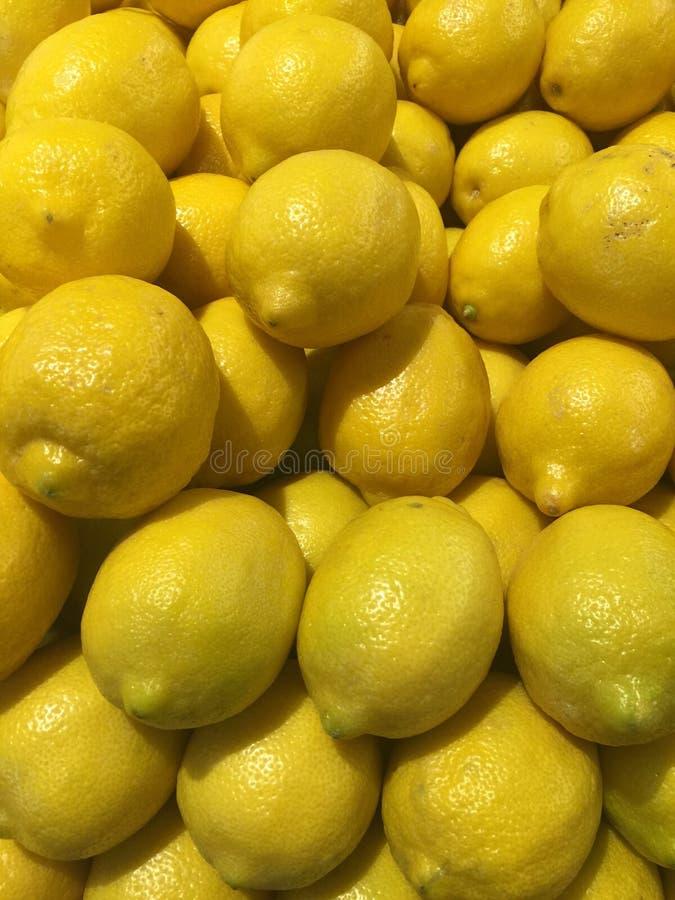 Hög av nya citroner i en livsmedelsbutik arkivfoton