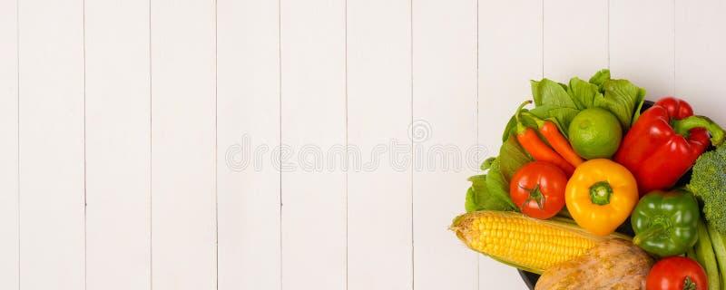 Hög av nya frukter och grönsaker på träbakgrund arkivfoton