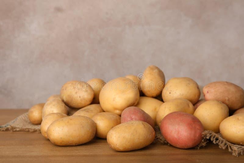 Hög av nya organiska potatisar royaltyfria bilder
