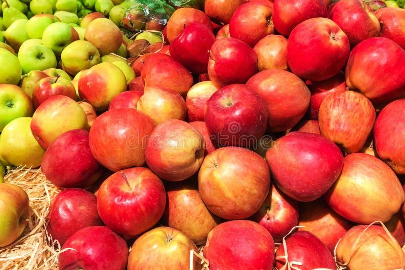 Hög av nya organiska röda äpplen på ett marknadsslut upp royaltyfria foton
