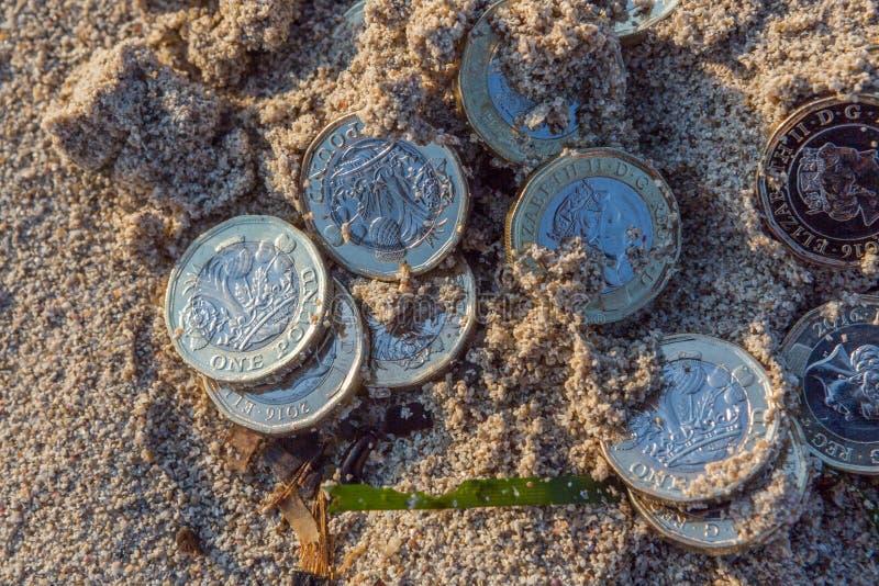 Hög av nya pundmynt arkivbild